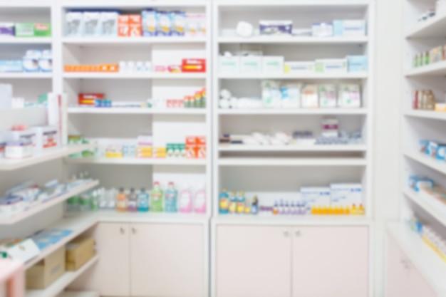 Apotheken-drogerie verwischt abstrakten hintergrund mit medizin- und gesundheitsprodukten in den regalen