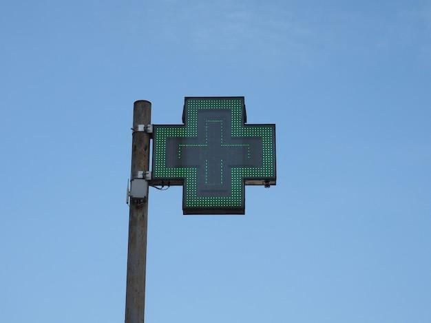 Apothekenschild mit grünem kreuz