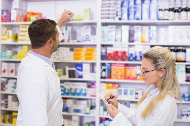 Apotheker, der ein medikament nach einer verordnung sucht