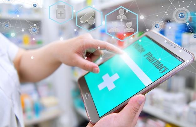 Apotheker, der ein mobiles smartphone für die suchleiste verwendet, die in den regalen der apotheken angezeigt wird