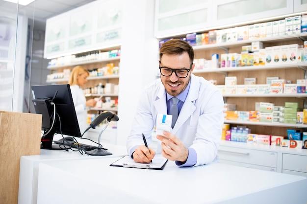 Apotheker, der im apothekenladen arbeitet und medikamente verkauft.