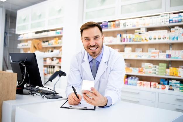 Apotheker, der medikamente im apothekenladen verkauft.