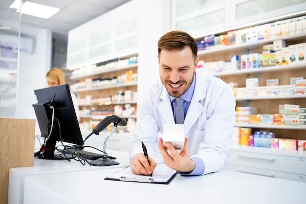 Apotheker, der medikamente in drogerie verkauft.