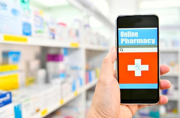 Apotheker, der mobiles smartphone für suchleiste auf anzeige im apotheken-drogerie-regalraum verwendet. online-medizinisches konzept.