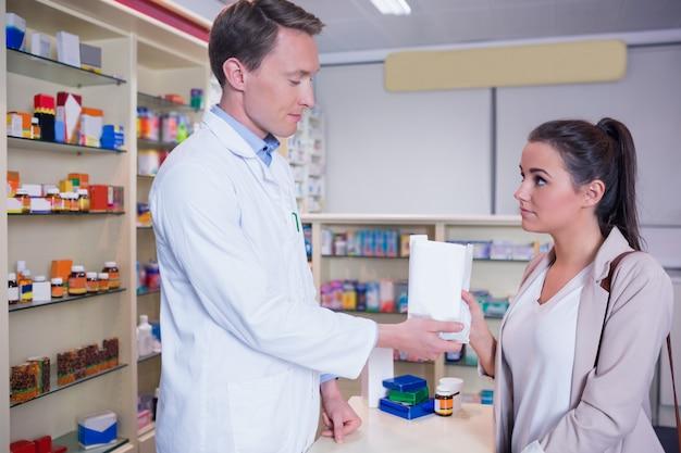 Apotheker, der seinem kranken kunden einen sack drogen gibt