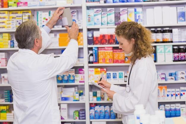 Apotheker, die medizin mit verordnung suchen