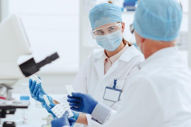 Apotheker diskutieren im labor über ein neues medikament