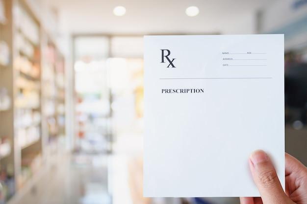 Apotheker halten leeres rezept im apothekenladen