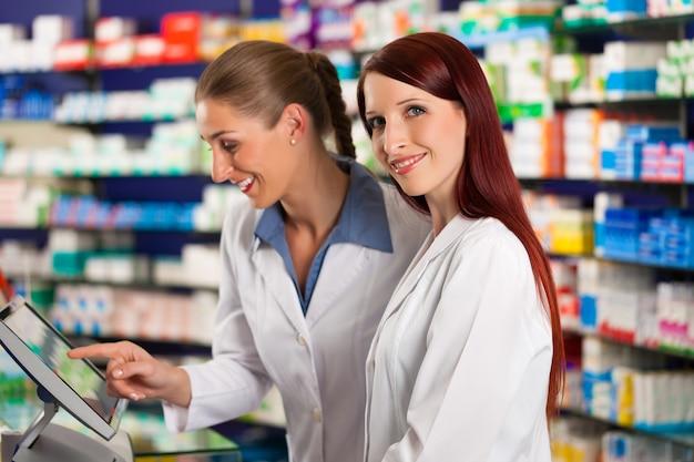 Apotheker mit assistent in der apotheke