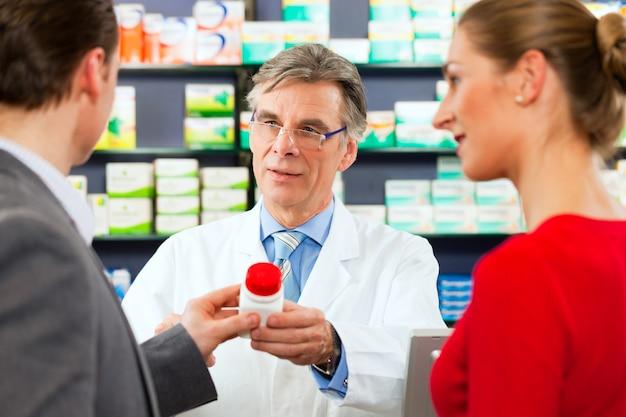 Apotheker mit kunden in der apotheke