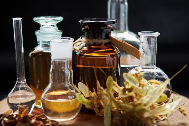 Apotheker vintage satz flaschen mit flüssigkeiten und kräutern