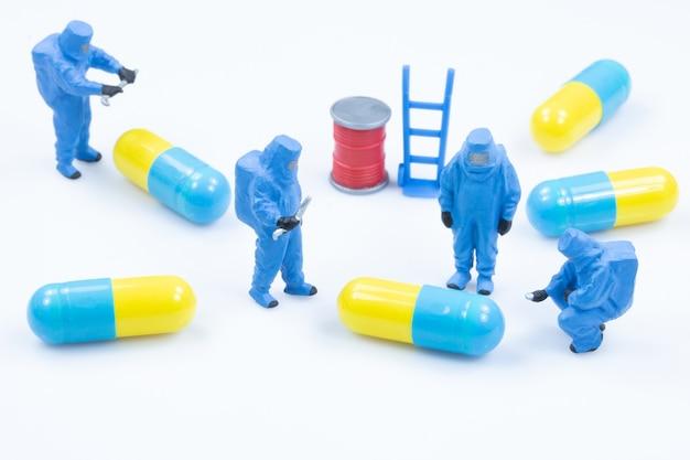 Apotheker wissenschaftler überprüfen qualität drogenkapsel