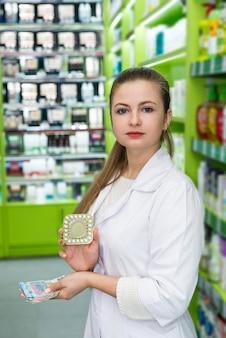 Apotheker zeigt pillen in blister- und euro-banknoten