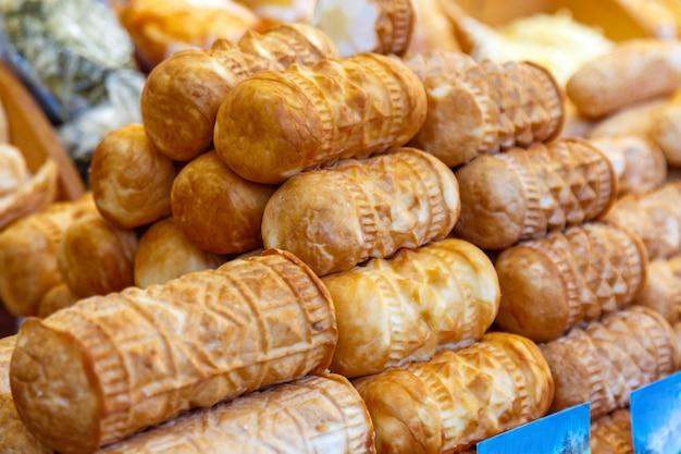 Appetitanregende frische waffelrollen für verkauf in der marktnahaufnahme.