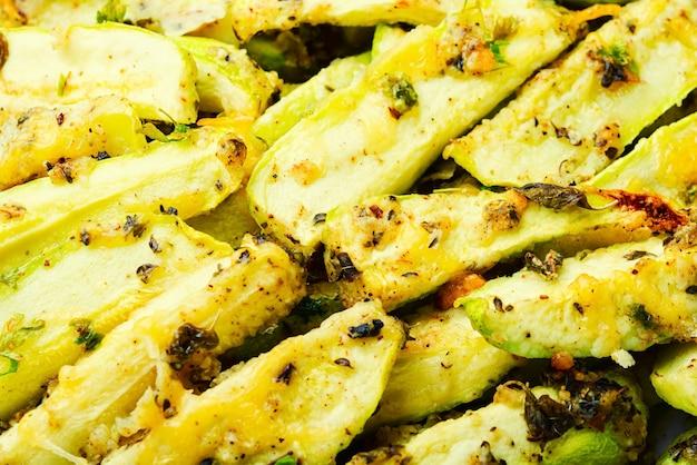 Appetitanregende hausgemachte gebackene zucchini mit gewürzen und kräutern. lebensmittelhintergrund