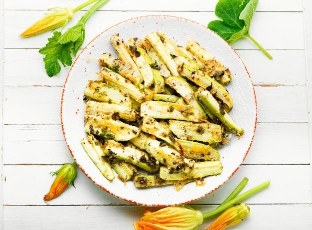 Appetitanregende hausgemachte gebackene zucchini mit gewürzen und kräutern
