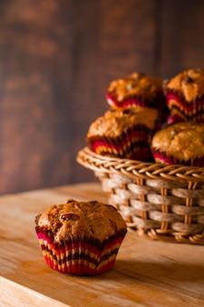 Appetitanregende hausgemachte muffins auf einem holzbrett. traditionelle festliche weihnachtsbäckerei.