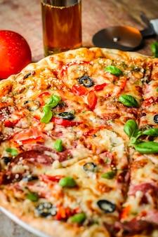 Appetitanregende italienische pizza auf einem holztisch