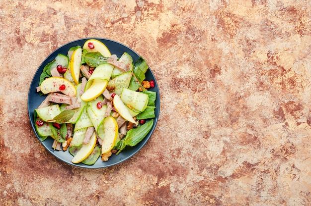 Appetitanregender salat aus gemüse, obst und fleischzunge. diätkost.