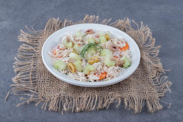 Appetitanregender salat mit huhn auf weißem teller.