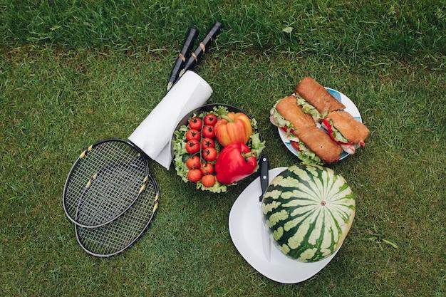 Appetitanregendes bereites sommerpicknick des frischen lebensmittels im freien auf draufsicht des grünen grases