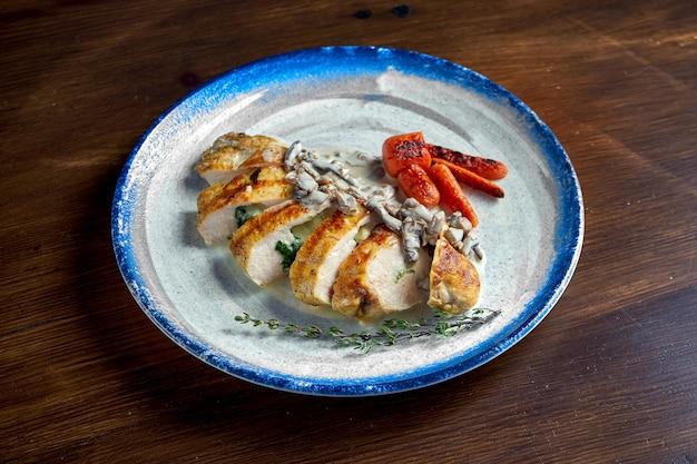 Appetitlich gebackenes hähnchenfilet mit käse-pilz-sauce, serviert auf einem weißen teller