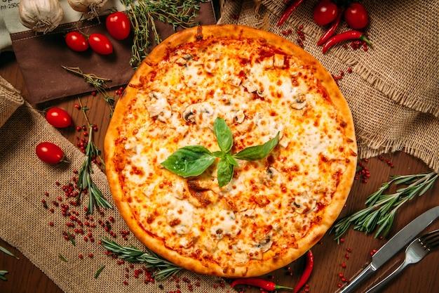 Appetitlich heißer italienischer pizzakäse und pilz