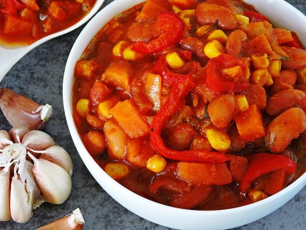 Appetitliche bohnen mit gemüse und mexikanischer art.