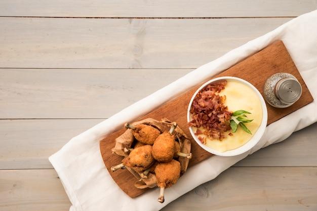Appetitliche drumsticks und kartoffelpüree an bord