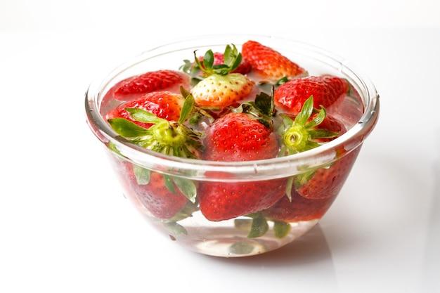 Appetitliche erdbeere. isoliert auf einem weißen wasserbecken