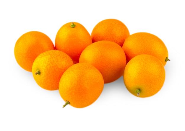 Appetitliche gruppe kumquat auf weißem hintergrund geschnitzt.