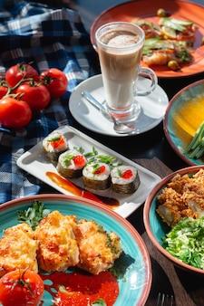 Appetitliche hausgemachte sushi-rollen auf dem tisch in einer schönen umgebung, sonnige beleuchtung