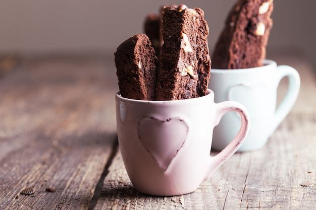 Appetitliche italienische biscotti-kekse in einer tasse zum kaffee
