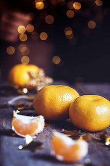 Appetitliche mandarinen nahaufnahme auf dem tisch. weihnachtskarte