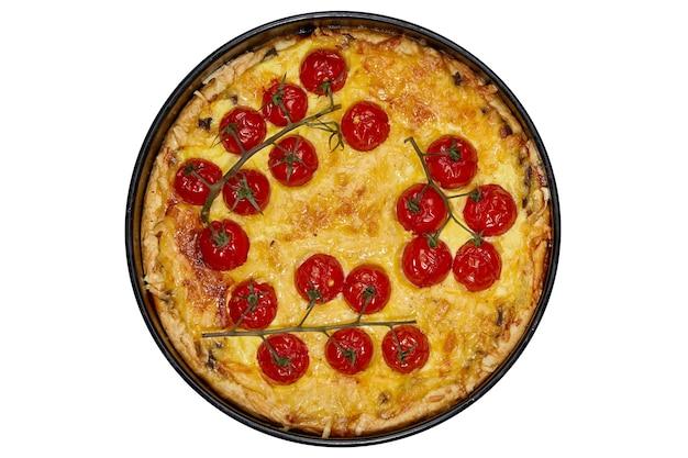 Appetitliche quiche mit gebackenen tomaten, hühnchen, gefüllt mit sahne, käse und eiern auf weiß