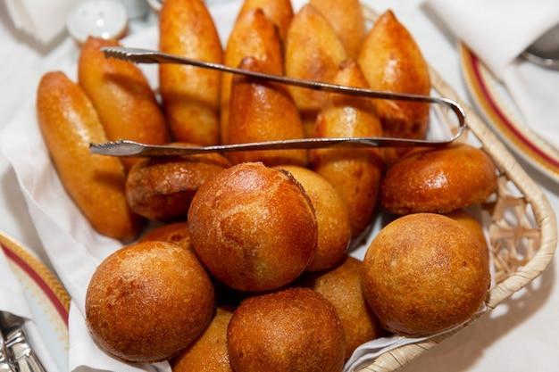 Appetitliche russische portionierte kuchen auf dem tisch in einem korb. catering für veranstaltungen, feiern und geschäftstreffen.
