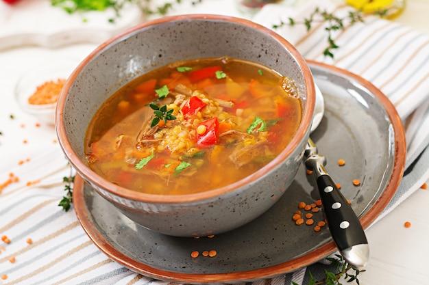 Appetitliche suppe mit roten linsen, fleisch, rotem paprika und duftendem thymian