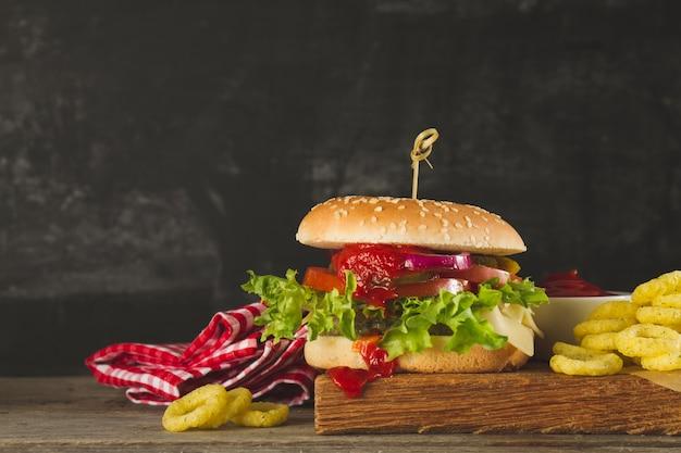Appetitlicher burger mit tomatensauce