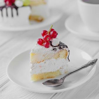 Appetitlicher kuchen mit schokolade und frischen beeren. leckeres dessert mit weißer mousse
