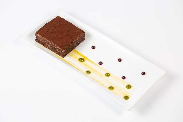 Appetitlicher schokoladen-brownie im teller