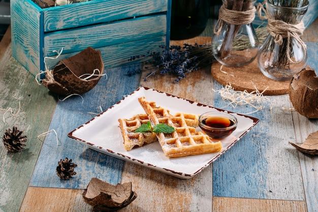 Appetitlicher süßer belgischer waffelahornsirup