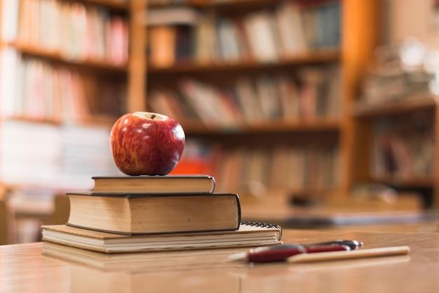 Apple auf bücher in der bibliothek