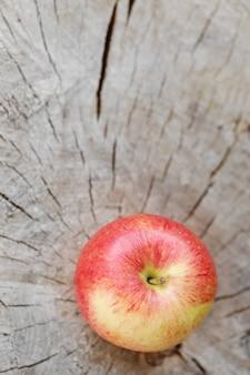 Apple auf einer holzoberfläche