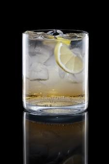 Apple bourbon und stärkungsmittel im felsenglas lokalisiert auf schwarzem