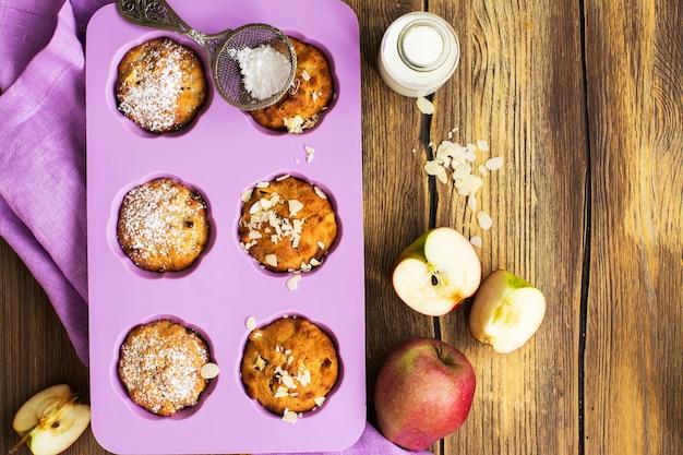 Apple cupcakes über holztisch