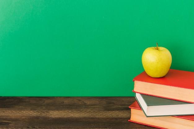 Apple, der auf lehrbüchern liegt