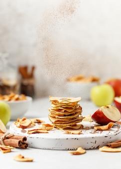 Apple frips getrocknete äpfel auf weißem hintergrund