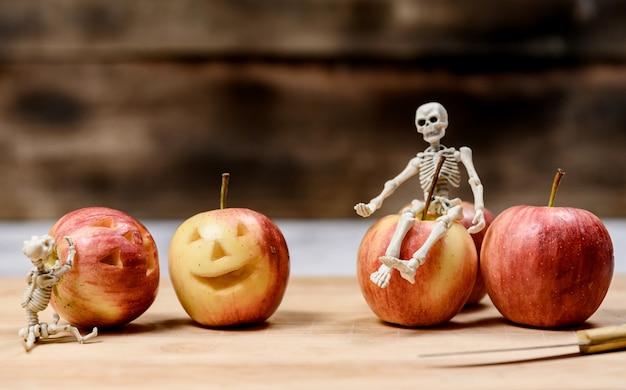 Apple-gesicht erstellen für halloween-festival-urlaub. herbst- und herbsterntezeit.