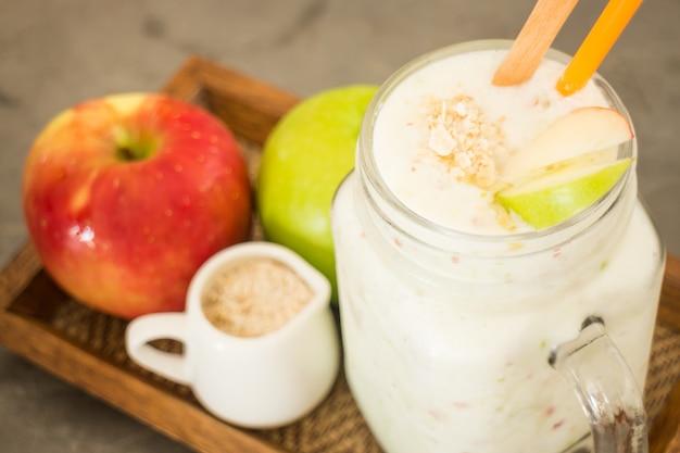 Apple smoothies im glasgefäß