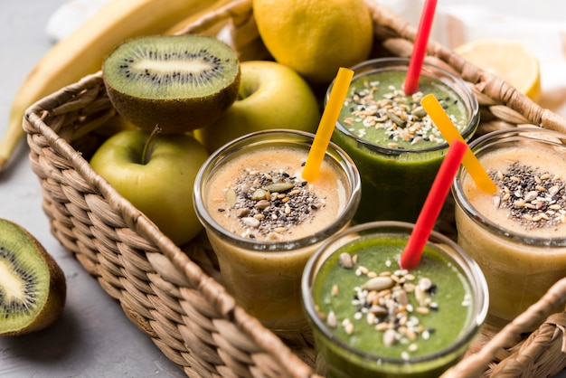 Apple und kiwi smoothies high angle
